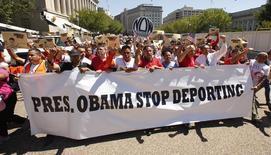 Митинг противников депортации нелегальных мигрантов в Вашингтоне 28 августа 2014 года. Президент США Барак Обама готов отменить депортацию миллионов иммигрантов, живущих в стране без документов на право проживания, которые являются родителями граждан или постоянных легальных резидентов США, сообщил источник, знакомый с решениями Белого дома. REUTERS/Kevin Lamarque
