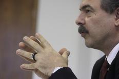 Foto de arquivo do ministro Aloízio Mercadante, durante entrevista à Reuters em Brasília. 07/01/2011 REUTERS/Ricardo Moraes
