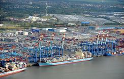 Port de commerce de Bremerhaven, sur l'Elbe. Les exportations allemandes devraient augmenter de 4% en 2015 en dépit des sanctions contre la Russie qui sont parties pour durer et pourraient même s'intensifier, selon la fédération BGA qui regroupe les entreprises exportatrices. /Photo d'archives/REUTERS/Fabian Bimmer