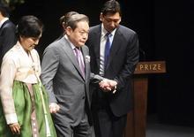 Lee Kun-Hee, patron de Samsung Electronics, et son épouse Hong Ra-Hee. Samsung Heavy Industries a renoncé mercredi à absorber Samsung Engineering pour quelque 2 milliards d'euros en raison de l'opposition des actionnaires, alors que l'opération devait aider à préparer la succession du patriarche à la tête du plus important conglomérat sud-coréen. /Photo d'archives/REUTERS/Seo Jae-hoon/Pool