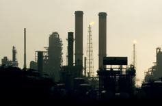 El complejo de refinerías Amuay en Punto Fijo, Venezuela, mayo 18 2006. El Centro Refinador Paraguaná (CRP) en Venezuela, el segundo mayor del mundo, está procesando crudo a cerca de la mitad de su capacidad, tras ser afectado a principios de mes por apagones eléctricos, dijo el miércoles el líder sindical Iván Freites. REUTERS/Jorge Silva