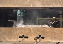Рабочий на заводе ВСМПО-Ависмы в Верхней Салде 7 ноября 2013 года. Крупнейший в мире производитель титана ВСМПО-Ависма не боится, что останется без сырья из-за аварии на руднике Уралкалия. Угрозы срыва поставок пока нет, накоплены запасы, и есть альтернативные источники. REUTERS/Svetlana Burmistrova