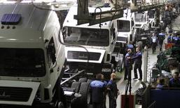 Цех Минского автомобильного завода (МАЗ) 27 августа 2013 года. Всемирный банк улучшил до 1,5 процентов прогноз экономического роста для Белоруссии на 2014 год при ускорении инфляции до 19,9 процента. REUTERS/Vasily Fedosenko
