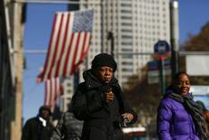 Personas caminan durante un día frío en Nueva York, 19 noviembre, 2014. El número de estadounidenses que presentaron nuevas solicitudes de subsidios por desempleo cayó menos de lo esperado la semana pasada, pero siguieron apuntando a un fortalecimiento de las condiciones del mercado laboral. REUTERS/Eduardo Munoz