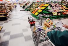 Les données de la Commission européenne indiquent que la confiance des consommateurs dans la zone euro a reculé contre toute attente en novembre, à -11,6 contre -11,1 le mois précédent. /Photo d'archives/REUTERS/Brian Snyder