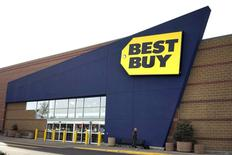 Best Buy, premier distributeur américain de matériel électronique, a gagné jusqu'à 7% à la Bourse de New York jeudi après avoir fait état d'un bénéfice trimestriel presque doublé et meilleur que prévu grâce à une baisse de ses coût d'exploitation. /Photo d'archives/REUTERS/Rick Wilking