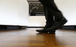 Трейдер на фондовой бирже во Франкфурте-на-Майне 17 октября 2014 года. Европейские акции растут, так как слова председателя Европейского центробанка Марио Драги породили новую надежду на дополнительные стимулирующие меры. REUTERS/Ralph Orlowski
