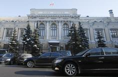 Здание Банка России в Москве 8 февраля 2010 года. Банк России отдаст на поддержку банкам 15 процентов своей прибыли через финансовую госкорпорацию Внешэкономбанк, которая уже была проводником госсредств в банковскою систему в кризис 2008-2009 года. REUTERS/Denis Sinyakov