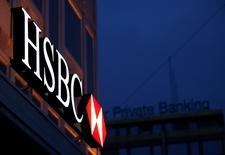 La banque suisse HSBC Private Bank a été mise en examen à Paris pour démarchage bancaire et financier illicite et blanchiment de fraude fiscale. Une caution de 50 millions d'euros lui a été demandée par les juges. /Photo d'archives/REUTERS/Denis Balibouse