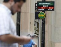 Una persona revisa su teléfono móvil en el centro de Buenos Aires, ene 24 2014. El Gobierno argentino informó el viernes que adjudicó frecuencias de telefonía móvil de tercera (3G) y cuarta generación (4G) a la empresa Claro, en el marco de una licitación pública.    REUTERS/Enrique Marcarian