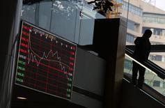 Les marchés actions chinois ont salué lundi la baisse surprise par la Banque populaire de Chine de ses taux directeurs pour lutter contre le ralentissement de la croissance de la deuxième économie du monde. /Photo prise le 17 novembre 2014/REUTERS/Carlos Barria