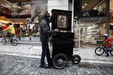 A man plays a laterna at a central market street of  Athens November 8, 2014.  REUTERS/Yorgos Karahalis
