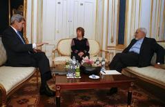 Госсекретарь США Джон Керри, представитель ЕС Кэтрин Эштон и глава МИД Ирана Джавад Зариф перед переговорами в Вене 22 ноября 2014 года. Переговоры о ядерной программе Ирана не завершатся в отпущенный срок - в понедельник, и будут приостановлены, чтобы возобновиться в середине декабря в Омане, сообщил источник, близкий к переговорам в Вене. REUTERS/Leonhard Foeger