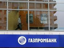 Логотип Газпромбанка в Москве 17 июля 2014 года. Российские власти обсуждают выделение Газпромбанку до 100 миллиардов рублей в капитал из пенсионного фонда ФНБ, сказал министр экономики Алексей Улюкаев. REUTERS/Sergei Karpukhin