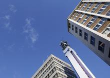 BT Group a engagé des discussions avec Telefonica en vue d'un possible rachat de l'opérateur mobile britannique O2 et deux sources ont déclaré que BT avait aussi entamé des pourparlers avec EE, filiale commune d'Orange et Deutsche Telekom. /Photo d'archives/REUTERS/Darren Staples