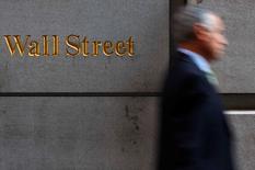 Wall Street a ouvert en hausse lundi et pourrait porter ses grands indices à de nouveaux records à la faveur d'une nouvelle vague de fusions-acquisitions et des perspectives de soutien des banques centrales à la croissance en Chine et en Europe. Dans les premiers échanges, le Dow Jones gagnait 0,12%, le Standard & Poor's 500, prenait 0,16% et le Nasdaq 0,25%. /Photo d'archives/REUTERS/Eric Thayer