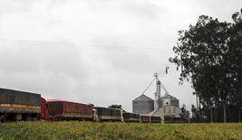 Caminhões fazem fila para descarregar soja em armazém na cidade de Campo Verde. 08/02/2013 REUTERS/Paulo Whitaker