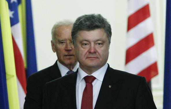 Presidente da Ucrânia Petro Poroshenko (R) e vice-presidente americano Joe Biden andar em um salão antes de uma conferência de imprensa em Kiev, 21 de novembro de 2014. REUTERS / Valentyn Ogirenko