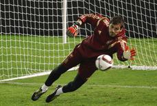 Goleiro da seleção espanhola Iker Casillas durante treino em Vigo. 17/11/2014 REUTERS/Miguel Vidal