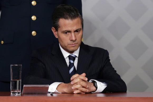 Presidente Enrique Pena Nieto do México senta durante uma reunião com os advogados na Cidade do México 21 de novembro de 2014. REUTERS / Tomas Bravo