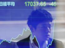 Экран с графиком динамики индекса Nikkei у брокерской конторы в Токио 17 ноября 2014 года. Азиатские фондовые рынки, кроме Гонконга, выросли во вторник за счет нового снижения процентных ставок в Китае. REUTERS/Issei Kato