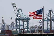 La croissance de l'économie américaine au troisième trimestre a été plus forte qu'on ne le pensait en première estimation, ce qui suggère une amélioration des fondamentaux qui devrait soutenir l'économie jusqu'à la fin de l'année. /Photo d'archives/REUTERS/David McNew