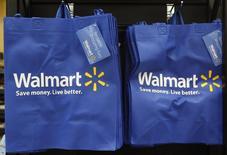 Wal Mart, à suivre mardi sur les marchés américains. Duncan Mac Naughton, responsable des opérations de merchandising, s'apprête à quitter le groupe selon un article du Wall Street Journal. /Photo d'archives/REUTERS/Jim Young