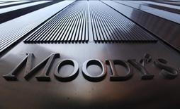 El logo de Moody's fotografiado en el World Trade Center en la ciudad de Nueva York. Imagen de archivo, 02 agosto, 2011. La agencia Moody's prevé que las calificaciones de crédito soberana se estabilicen el próximo año en la medida en que el crecimiento mundial se acelera lentamente, pero la incertidumbre sobre las alzas de las tasas de interés encabeza una lista de cuatro riesgos globales. REUTERS/Mike Segar