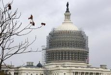 Купол Капитолия в строительных лесах. Фотография сделана в Вашингтоне 22 октября 2014 года. Экономический рост в США в третьем квартале был намного быстрее, чем предполагалось ранее, указывая на сильные фундаментальные показатели, которые должны поддержать экономику в период до конца года. REUTERS/Larry Downing