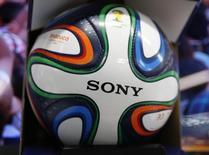 """El logo de Sony visto en """"Brazuca"""", la pelota oficial de la Copa del Mundo 2014 de la FIFA, en Tokio. Imagen de archivo, 10 junio, 2014. El fabricante japonés de productos electrónicos Sony Corp no tiene planes de renovar su contrato de patrocinio con la FIFA, el ente rector del fútbol mundial, ya que necesita priorizar sus esfuerzos de reestructuración, dijeron fuentes cercanas al asunto a Reuters.   REUTERS/Issei Kato"""