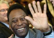 O ex-jogador de futebol Pelé acena durante um evento no Rio de Janeiro em fevereiro. 05/02/2014 REUTERS/Lucas Landau