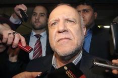 Bijan Zangeneh, el ministro de Petróleo de Irán, habla con periodistas antes de la reunión de la OPEP en Viena, 26 noviembre, 2014.  Bijan Zangeneh dijo el miércoles que la OPEP necesita mostrar unidad frente al exceso cada vez mayor de la oferta en los mercados del crudo y añadió que los países que no forman parte del grupo también deberían participar en cualquier recorte de la producción. REUTERS/Heinz-Peter Bader