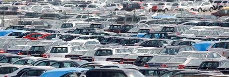 Le président de la Plateforme de la filière automobile, Michel Rollier, invite le secteur à se diversifier hors de l'automobile et poursuivre sa consolidation s'il veut survivre au marasme du marché auto français. /Photo d'archives/REUTERS/Albert Gea