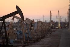 Unidades de bombeo de crudo cerca de Long Beach, EEUU, jul 30 2013. Los inventarios de crudo en Estados Unidos subieron más de lo esperado la semana pasada, mientras que los de gasolina  crecieron y los de destilados bajaron, mostró el miércoles un informe de la gubernamental Administración de Información de Energía. REUTERS/David McNew
