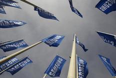 Samsung, qui cherche à récompenser ses actionnaires et à stabiliser son cours de Bourse, annonce un plan de rachat d'actions de deux milliards de dollars (1,6 milliard d'euros), le premier depuis 2007. /Photo d'archives/REUTERS/Tobias Schwarz