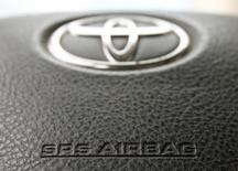 Toyota procède à un nouveau rappel portant sur 57.000 véhicules dans le monde pour remplacer des airbags potentiellement dangereux fabriqués par l'équipementier Takata. /Photo d'archives/REUTERS/Heinz-Peter Bader