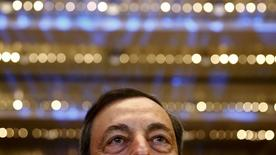 Pour le président de la Banque centrale européenne Mario Draghi, la zone euro a besoin d'une  stratégie économique globale axée sur des réformes pour se remettre sur les rails et cette tâche ne peut incomber seulement à la politique monétaire. /Photo prise le 21 novembre 2014/REUTERS/Kai Pfaffenbach