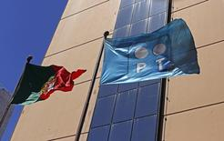 Bandeiras de Portugal e da PT Portugal em frente à sede da companhia em Lisboa. 13/07/2014.  REUTERS/Hugo Correia