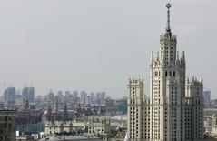 Вид на центр Москвы 11 июля 2007 года. Наступающие выходные в Москве будут холодными, но обойдутся без осадков, свидетельствует усреднённый прогноз, составленный на основании данных Гидрометцентра России, сайтов intellicast.com и gismeteo.ru. REUTERS/Denis Sinyakov