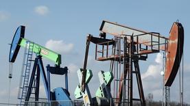 Станки-качалки OMV в Ауэрстале 20 февраля 2014 года. Цены на нефть Brent остановили падение чуть ниже $73 за баррель, ранее упав до четырехлетнего минимума, после того как ОПЕК в четверг решила не сокращать добычу. REUTERS/Heinz-Peter Bader