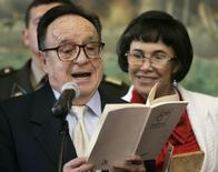 O ator mexicano Roberto Gómez Bolaños lê um poema ao lado da mulher, Florinda Meza, após ser homenageado pelo Congresso em Lima, no Peru, em 2008. 04/07/2008 REUTERS/Pilar Olivares