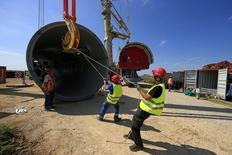 Empleados trabajan en una sección de una turbina eólica manufacturada por la compañía alemana Enercon para La Compagnie du Vent en Meneslies. Imagen de archivo, 16 julio, 2014. El crecimiento del sector manufacturero de la zona euro se estancó en noviembre y los nuevos pedidos cayeron a su ritmo más rápido en 19 meses pese a un fuerte recorte de precios, lo que plantea un débil panorama para los próximos meses, mostró una encuesta el lunes. REUTERS/Benoit Tessier