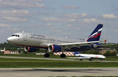 Airbus A-320 компании Аэрофлот совершает посадку в аэропорту Шереметьево 28 декабря 2006 года. Крупнейший российский авиаперевозчик Аэрофлот, контролируемый государством, получил убыток из-за девальвации рубля и падения спроса на авиаперевозки, особенно на международных маршрутах. REUTERS/Stringer/Files