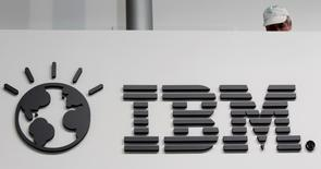 Un trabajador es fotografiado atrás de un logo de IBM en Hanover. Imagen de archivo, 26 febrero, 2011.  IBM firmó un multimillonario acuerdo a 10 años para proveer servicios de infraestructura informática al banco holandés ABN Amro y operar sus sistemas de computación en nube, dijo el lunes la compañía tecnológica estadounidense.  REUTERS/Tobias Schwarz