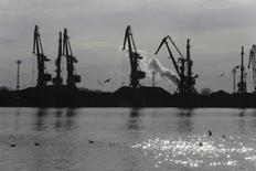 Краны в порту Вентспилса 3 апреля 2014 года. Крупнейший российский портовый оператор Группа НМТП снизил чистую прибыль по МСФО за 9 месяцев 2014 года до $10,1 миллиона с $101,8 миллиона годом ранее из-за увеличения расходов по обслуживанию валютного долга, сообщила компания. REUTERS/Ints Kalnins