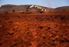 Uma escavadora gigante carrega um caminhão com minério de ferro. 02/12/2013 REUTERS/David Gray