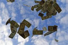 Billetes de 1 dólares arrojados al aire en una ilustración fotográfica realizada en Sevilla, nov 16 2014. El dólar subía el martes frente a una canasta de monedas, apuntalado por un retroceso de los precios del petróleo que lo ha ayudado a avanzar frente a monedas ligadas al devenir de las materias primas.  REUTERS/Marcelo Del Pozo