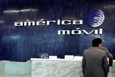 El logo de América Móvil en sus oficinas de Ciudad de México, feb 13 2013. Uber Inc anunció el martes una alianza con la gigante de telecomunicaciones mexicana América Móvil para llevar su aplicación a sus nuevos clientes en Latinoamérica, en una medida que podría servir de modelo para otras regiones. REUTERS/Edgard Garrido