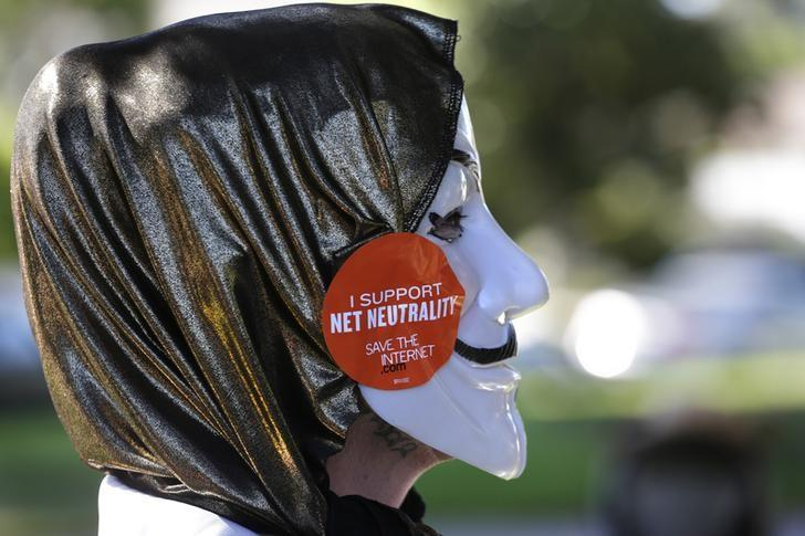 A pro-net neutrality Internet activist attends a rally in the neighborhood where U.S. President Barack Obama attended a fundraiser in Los Angeles, California July 23, 2014. REUTERS/Jonathan Alcorn
