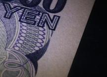 Фрагмент банкноты в 1000 иен в музее Банка Японии в Токио 6 октября 2010 года. Курс доллара к иене поднялся до семилетнего максимума вслед за доходностью гособлигаций США благодаря оптимистичным высказываниям чиновников ФРС о будущем американской экономики. REUTERS/Kim Kyung-Hoon